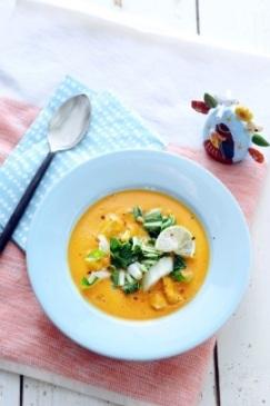 Maaltijdsoep van zoete aardappel en rode curry
